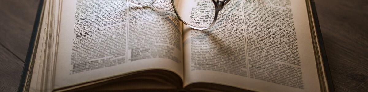 Opslået bog med briller på