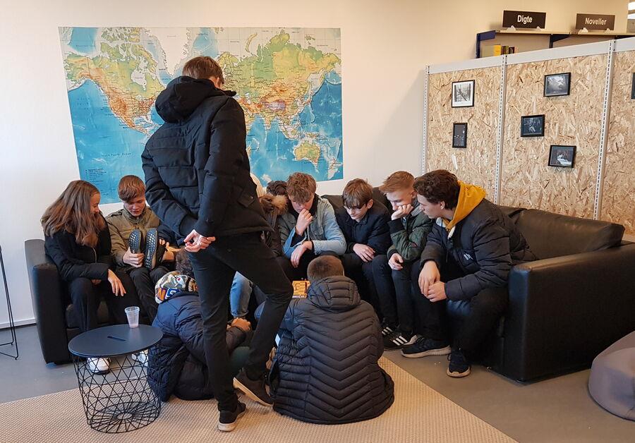 Unge mennesker i sofaen i ungdomshjørnet