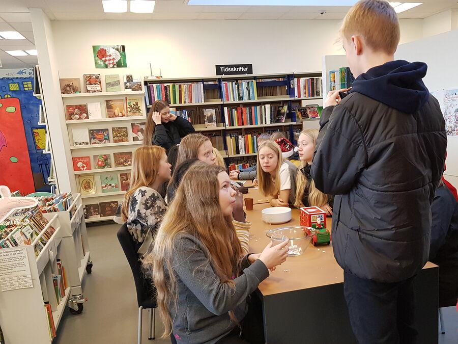 Unge mennesker på biblioteket