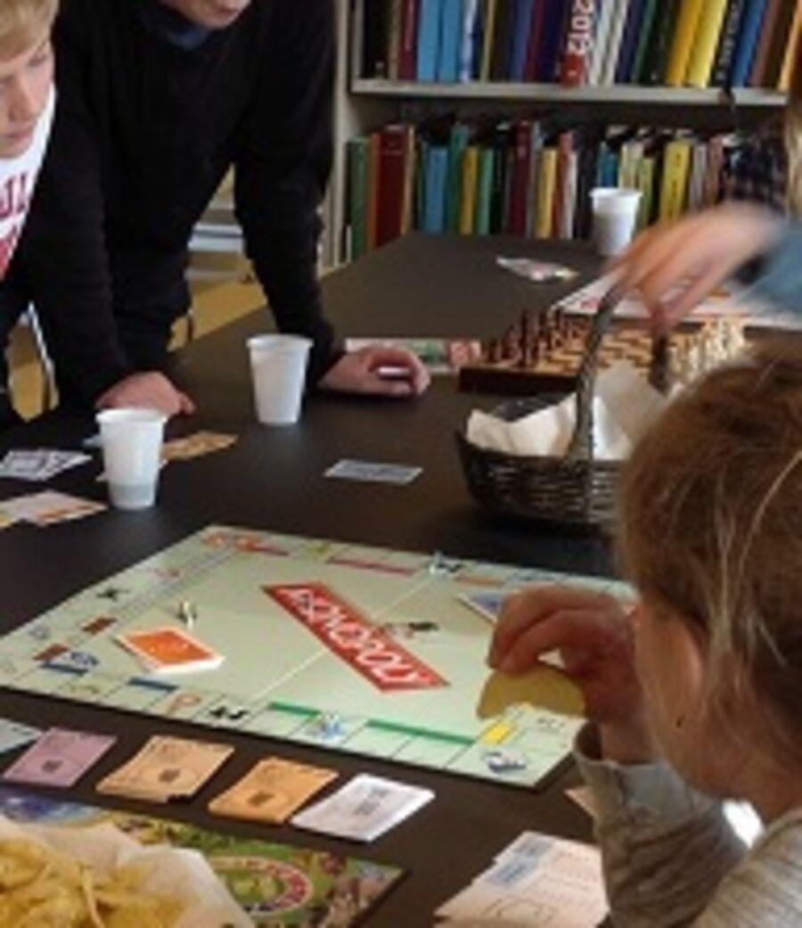 Børn der spiller brætspil