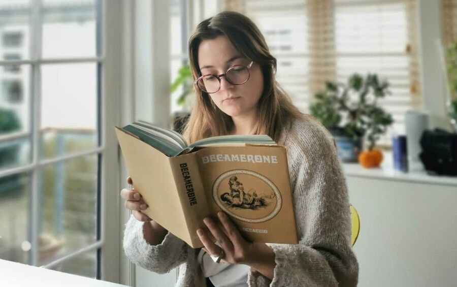 Kvinde læser Decameron