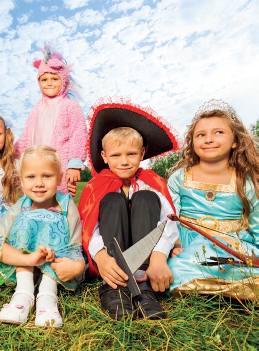 Fire børn med fastelavnstøj på
