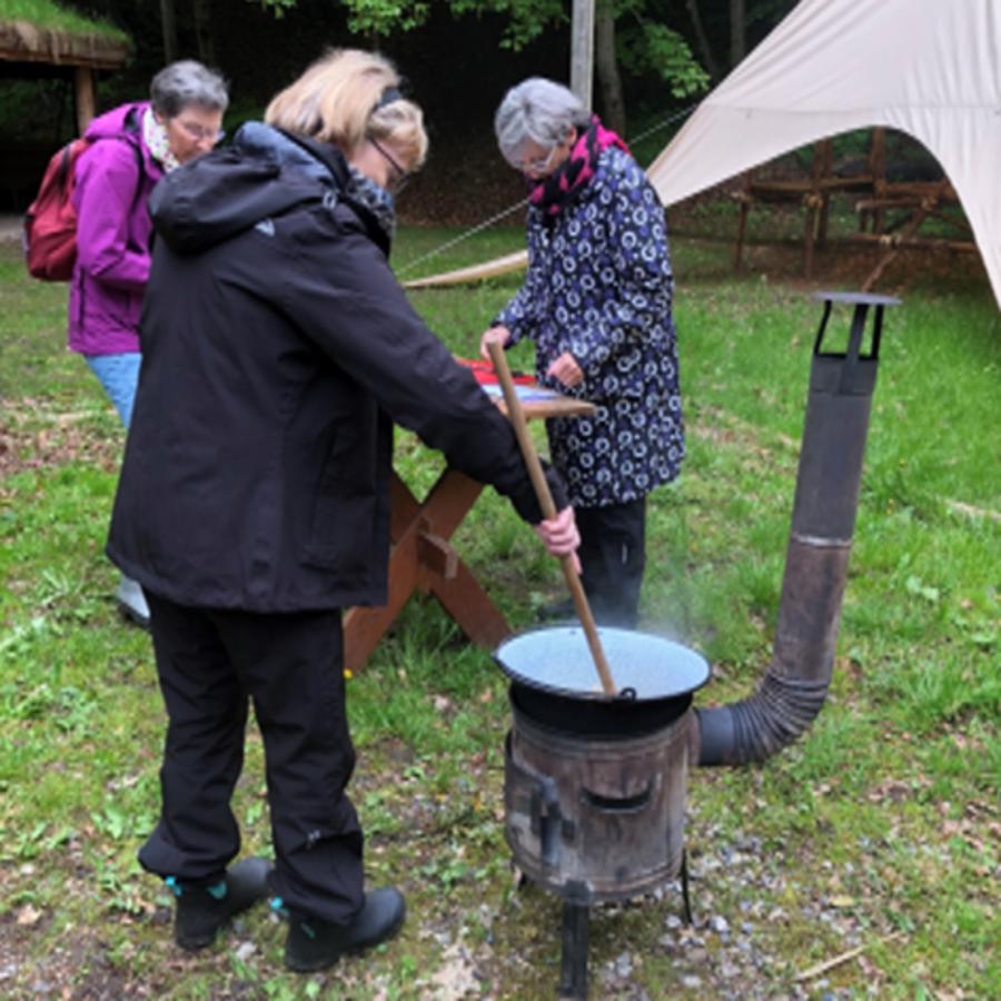 Seniorer laver mad over bål