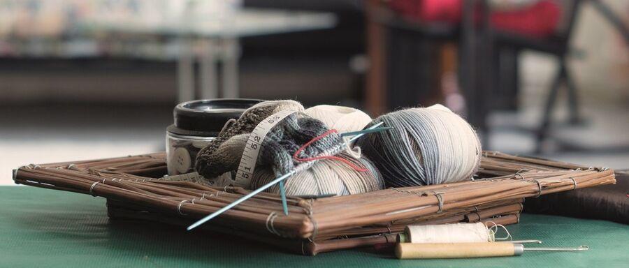 Kurv med garn og strikkepinde