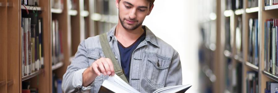 studerende bladrer i bog