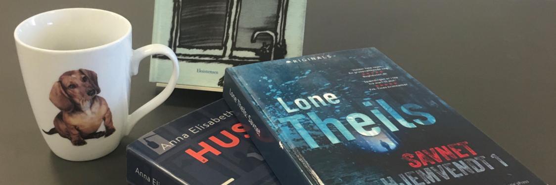 bøger og en kop kaffe på et bord